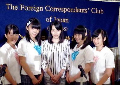 日本外国特派員協会で会見を開いた制服向上委員会のメンバーら=2015年7月28日