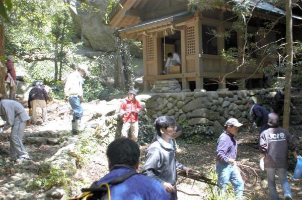 福岡県宗像市の沖ノ島にある宗像大社沖津宮で、枯れ木などを取り除く氏子ら