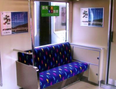シートにお年寄りらを描いたJR西日本の「優先席」=2002年2月