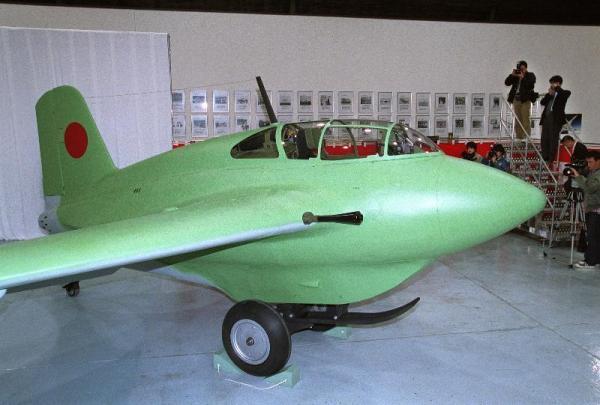 旧日本陸海軍が共同試作した局地戦闘機「秋水」の復元機体=2012年12月18日、愛知県豊山町の三菱重工業名古屋航空宇宙システム製作所で