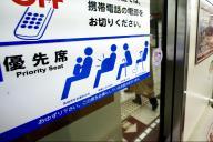 地下鉄の優先座席。譲ろうとしたら断られて、気まずい思いをする人も…