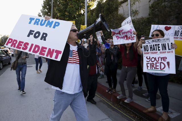 トランプ氏の支持者(手前)と抗議する人たち=米、カリフォリニア州