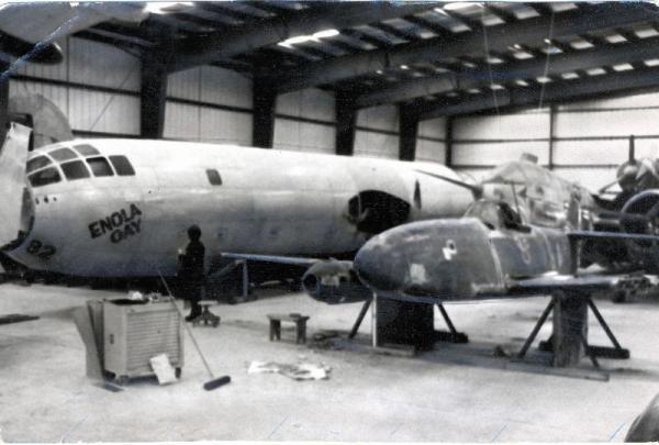 日本初のジェット機「橘花」とB29戦略爆撃機「エノラ・ゲイ」と=1970年、アメリカ・ワシントンDC郊外の国立スミソニアン航空宇宙博物館航空機保管所