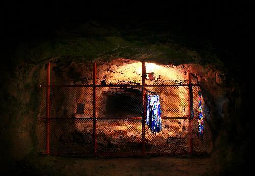 松代大本営の地下壕。最奥には平和を祈る千羽鶴が掛けてあった