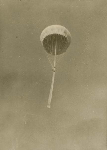 風船爆弾が飛ぶ様子。旧日本軍が太平洋戦争の末期、米本土爆撃のために開発した
