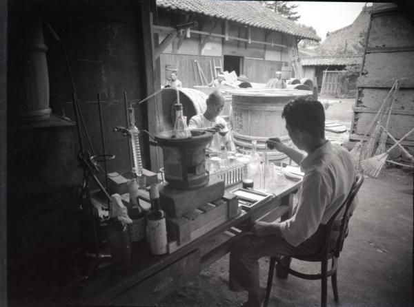 電波兵器製造過程で使う酒石酸を製造する作業=1943年9月