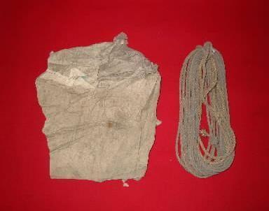風船爆弾の球皮の一部とマニラ麻のロープの一部=いわき市の勿来関文学歴史館