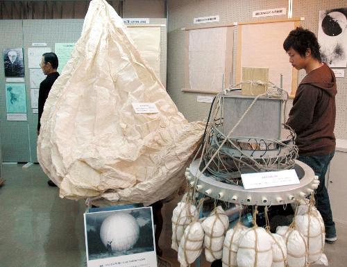 風船爆弾の復元模型や写真などが並ぶ会場=静岡平和資料センター