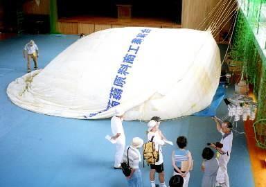 風船爆弾の実物大の模型=北九州市小倉北区