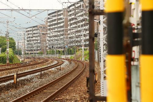 サントリーカーブ。撮り鉄たちが愛してやまない撮影スポット=大阪府島本町