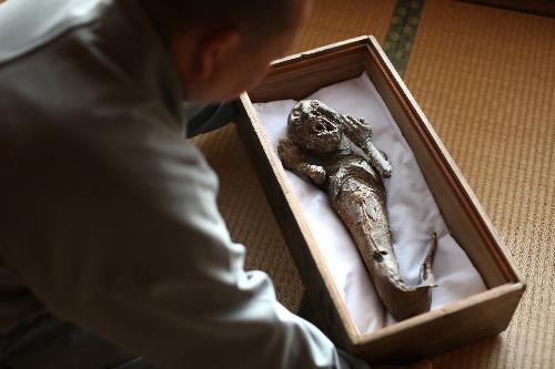 人魚のミイラ。苅萱堂に保存され、いまも民間信仰の対象になっている=和歌山県橋本市