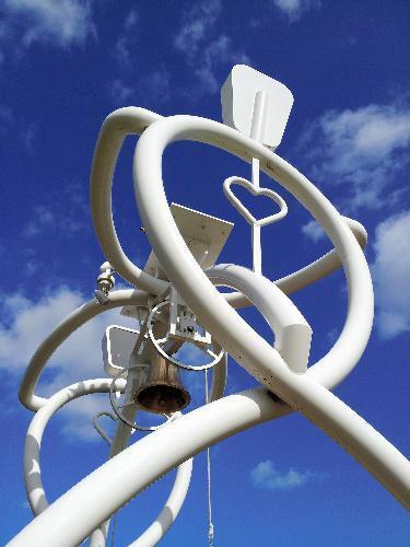 阿久悠顕彰モニュメント「愛と希望の鐘」=兵庫県洲本市