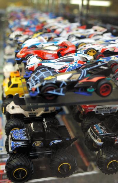 タミヤのショールームにずらりと並ぶ、ミニ四駆の歴代モデル=2007年11月6日