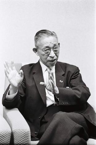松下幸之助氏。1989年に死去した際の遺産総額は2449億円=1963年7月撮影
