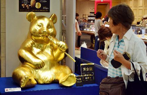 爆買い客の呼びこみを祈願して設置された「きんぴかパンダ」=2015年7月2日、堺市堺区の高島屋堺店