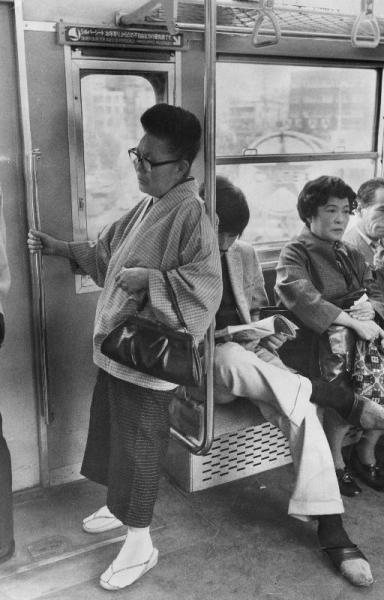 立っている老人がいるのにシルバーシートに座っている若者。1973年9月15日から中央線に設置、一方で婦人車両が廃止された=1973年11月撮影