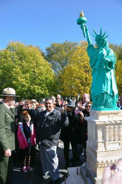 自由の女神像の125歳を祝う巨大なバースデーケーキ=2011年10月28日