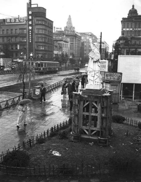 1949年7月、東京・京橋のたもとに建てられた自由の女神像