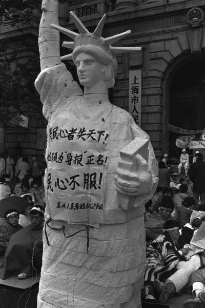 上海でハンストを続ける学生の前に置かれた「本をかかえた自由の女神像」。「学生・知識人に自由を」と訴えていた=1989年5月19日