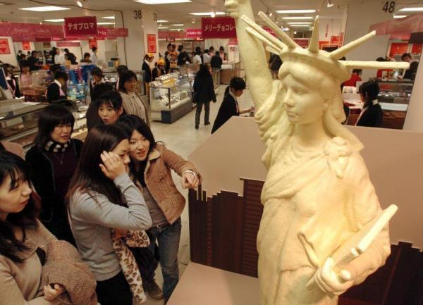 ホワイトチョコレートで作られた高さ2.1メートルの自由の女神像=2005年2月3日