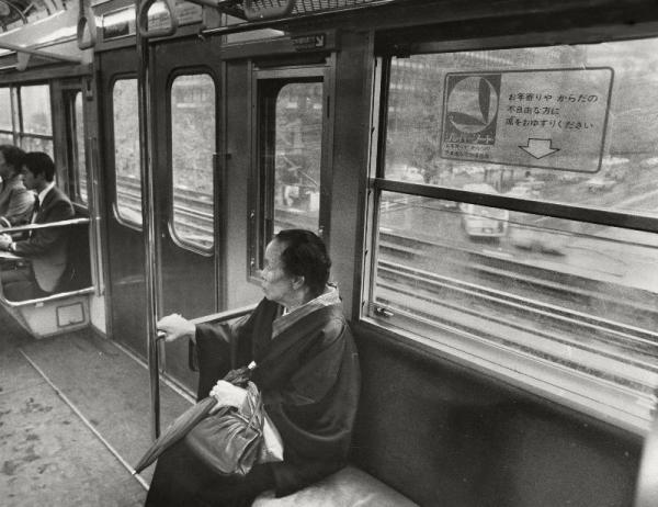 国鉄山手線のシルバーシート。窓に「お年寄りやからだの不自由な方に席をおゆずりください」のステッカー=1975年11月撮影