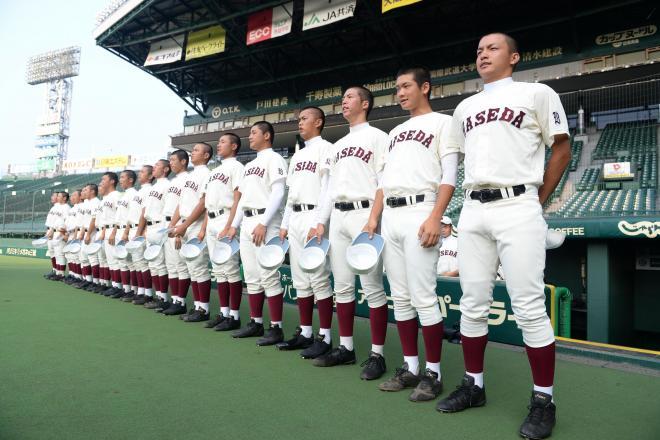 ベンチ前に整列する早稲田実の選手たち=2015年8月3日、阪神甲子園球場