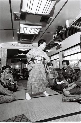 浜松駅発の「秋芳洞と宮島の旅」一行が乗った「お座敷列車」=1972年11月撮影
