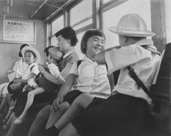 1957年6月20日から京浜東北線、中央線に「老幼優先車」がお目見えした=1957年6月20日撮影