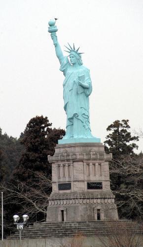青森県おいらせ町の「日本一の自由の女神像」。ニューヨークと緯度が同じという縁で作られた=2008年3月14日