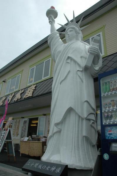 北海道函館市の水産物販売店の店先に立つ女神像=2010年7月