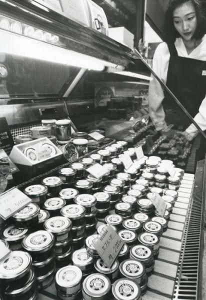 【1989年6月】輸入が急増したキャビアの缶詰。1988年の統計によると世界のキャビアの5分の1は日本で消費された