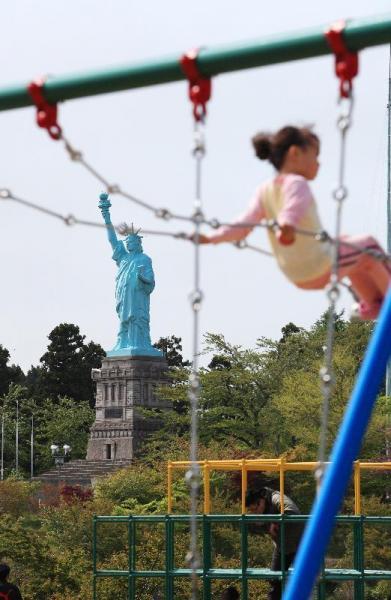 青森県おいらせ町の「日本一の自由の女神像」。ニューヨークと緯度が同じという縁で作られた=2010年5月23日