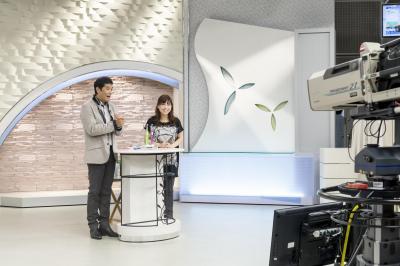 台本なしの生放送で商品を紹介する道田さん=2013年9月4日、QVC提供
