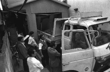 【1987年6月15日】地上げ業者から立ち退きを迫られていたクリーニング店に、ダンプカーが後ろ向きに突っ込む=東京都新宿区