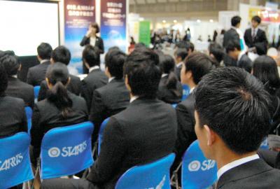 合同企業説明会で、熱心に聴き入る学生たち=2015年3月26日、東京都江東区