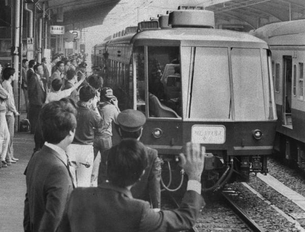 ゆったりとした旅をしてもらおうと、和製オリエント急行が完成。大勢の見送りを受けて初の日本一周に出発した=1983年10月撮影