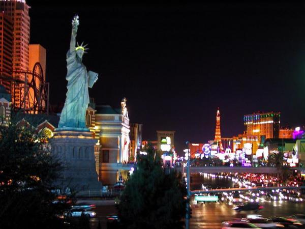 米ラスベガス市ストリップ大通りにある「自由の女神」。像の向こうにエッフェル塔も見える=2000年12月31日