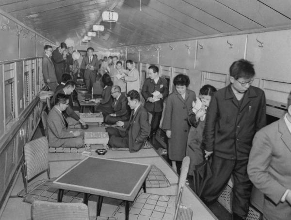 東京駅7番ホームにPRのためにお目見えしたお座敷列車。全国で1台だけの列車内は、26畳敷きの日本間。数寄屋風の天井で、窓ガラスに小障子がはめられている=1960年11月撮影