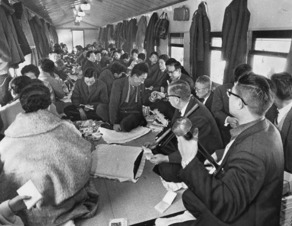 盛岡駅を発車した「お座敷列車」のなかで、飲みながら、食べながら、民謡を歌い楽しむ団体客=1963年1月撮影