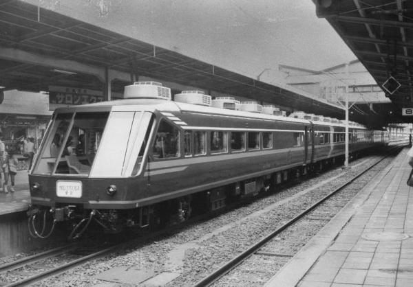 「サロンエキスプレス東京」を全国の鉄道ファンでつくる「鉄道友の会」が、最優秀車両に贈るブルーリボン賞に選んだ=1984年5月撮影