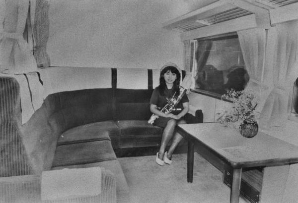 国鉄大宮工場で1983年5月31日完成した車両の6人用のコンパートメント。特急車両を改造したもので、床はじゅうたん張りに豪華ないす。最後部にはサロンやスナック、ビデオ、カラオケセットもあるパノラマ車をつける。この客室があった欧風の特急列車は「サロン・エクスプレス東京」=1983年6月撮影