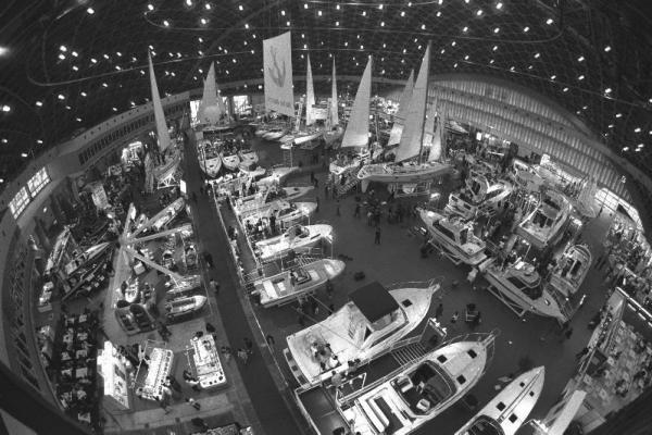 【1989年2月8日】東京国際ボートショーが東京・晴海で開幕、過去最高の170社が出展した。大型のクルーザーからモーターボート、ヨット、ゴムボートまで展示