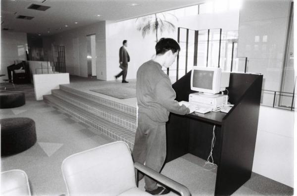 【1991年12月4日】バブル時代の豪華な社員寮。広々とした食堂やジム、パソコンルームなどもあり、とても社員寮とは思えない設備の充実ぶり=埼玉県草加市の神戸製鋼所中塚寮