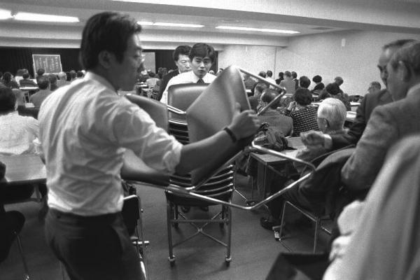 【1986年3月1日】株式講演会の会場では座席が足りなくなって、社員が大慌てで補助いすを持ち込む事態に