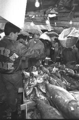 【1989年12月24日】東京・上野のアメ横商店街は、新巻きサケやカズノコなど、お正月むけの食料品などを買い求める23万1000人の客で埋まった