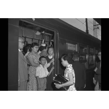 国電の中央線、京浜東北線にあった「老幼優先車」=1957年7月