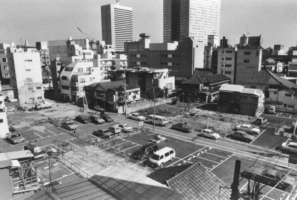 【1987年0月0日】雑居ビルの間にあった小さな家が、ひとつ、またひとつと壊され、駐車場や空き地だらけのがらんとした街に=東京都港区