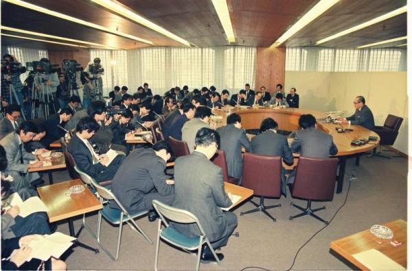 【1991年11月14日】日本銀行の臨時政策委員後の記者会見で、公定歩合を0.5%幅引き下げ、5.0%とすることを発表する三重野日銀総裁