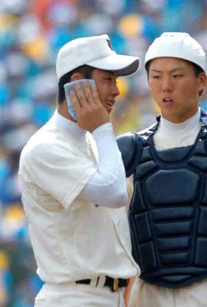 甲子園での試合中、ハンカチで汗をぬぐう斎藤佑樹投手=2006年8月20日