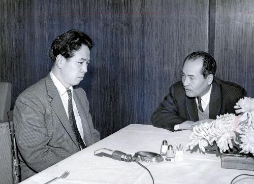【1961年】時差通勤問題で対談する、評論家の阿川弘之氏(左)と国鉄の角正巳東京鉄道管理局長=東京・有楽町のアラスカで